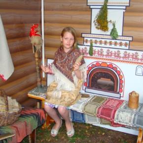 девочка в русском народном костюме