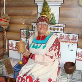 женщина в русском костюме фото