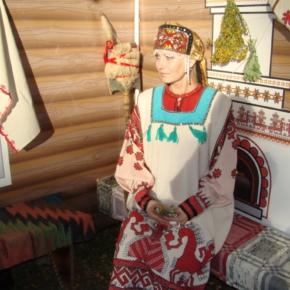 женщина в русском костюме